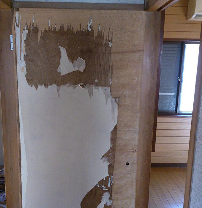 DIYするぼろい扉の下処理 表面を剥す