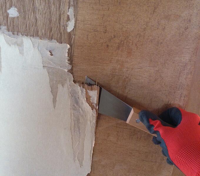 DIYするぼろい扉の下処理 皮すきで表面を剥す
