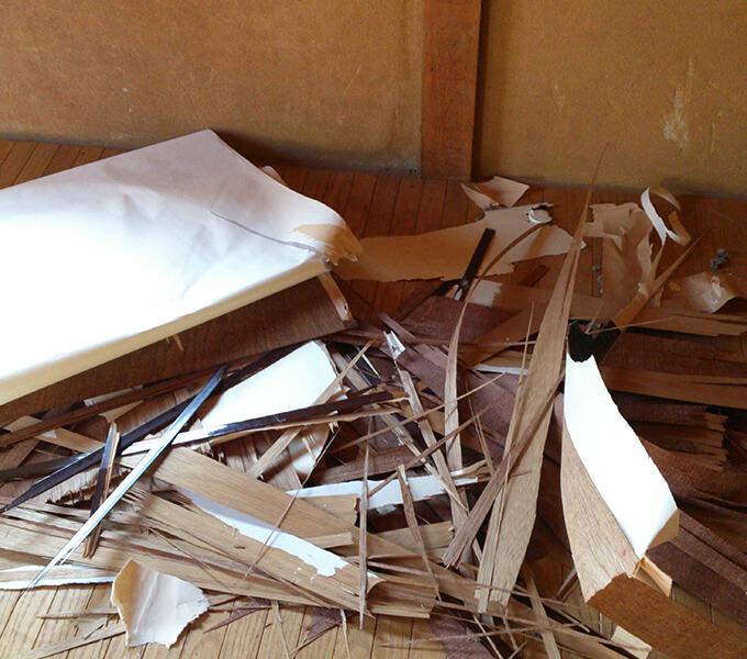 DIYするぼろい扉の下処理で出たゴミ