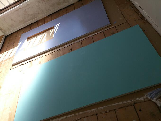 DIYで扉をカラフルにペンキ塗り