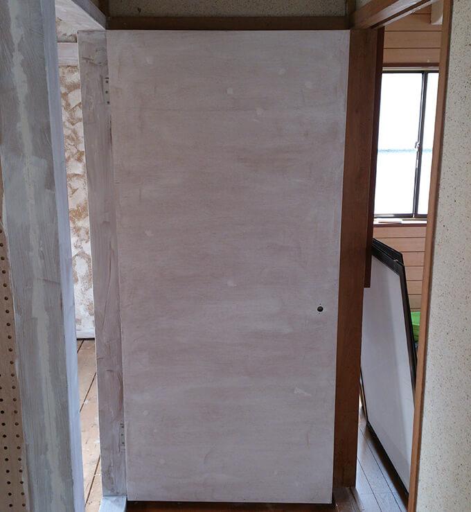DIYで和風扉を洋風に 下処理のシーラーを塗る