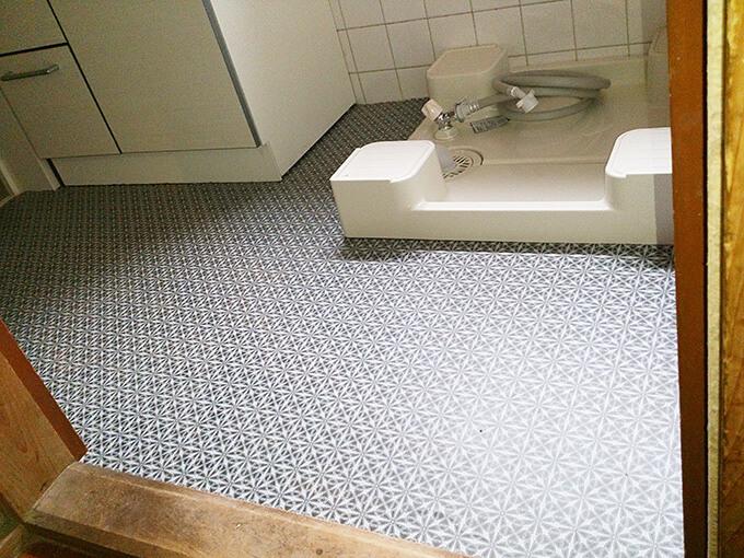 洗面所リフォーム 新品の防水パンと床をビニールクロス貼り