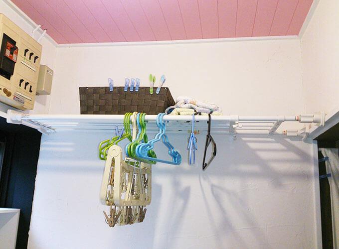 洗面所DIY アフター 輝く白さの漆喰壁とピンクの天井